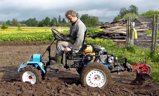 Маленький трактор Нева