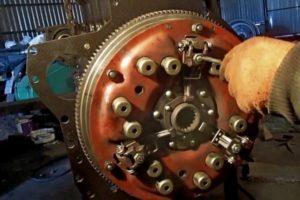 Процесс регулировки и замены сцепления на МТЗ-82 и аналогах: устройство, зазор между лапками и диском, видео