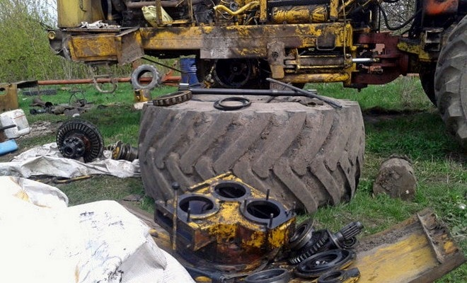 Трактор на ремонте