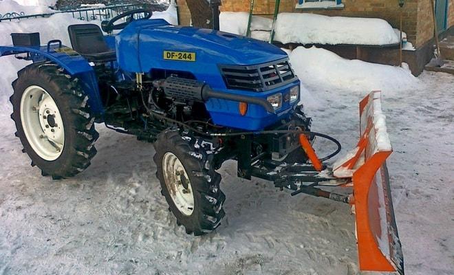 Трактор с отвалом для снега