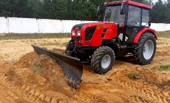 Трактор с отвалом