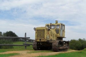 Обзор технических характеристик гусеничного трактора Т-100 и его модификаций