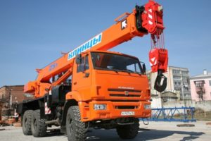 Популярные автомобильные краны от 16 до 50 тонн на шасси КамАЗ
