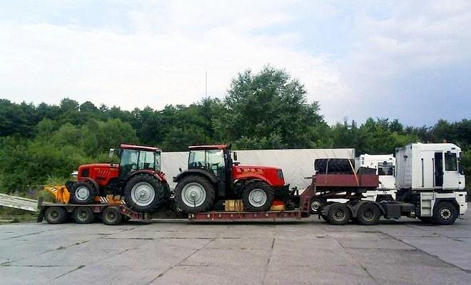 Низкорамный трал с тракторами