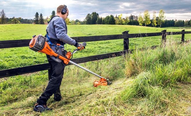 Подстрижка травы бензотриммером