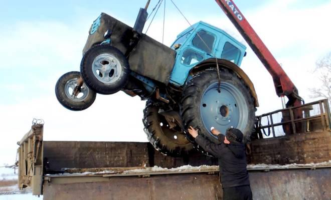 Погрузка трактора в грузовик