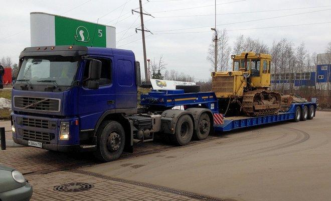 Трактор на грузовой платформе