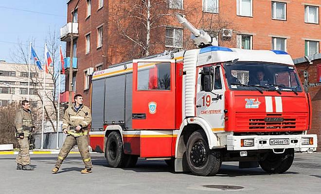 Пожарные у автомобиля