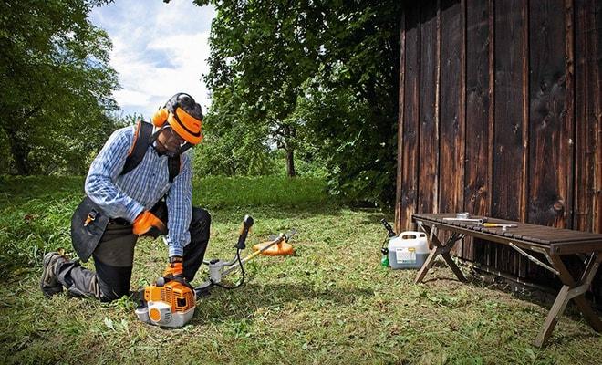 Работа садовым триммером