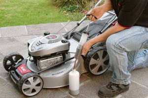 Какое масло и бензин выбрать для заправки газонокосилок с двухтактным или четырехтактным двигателем