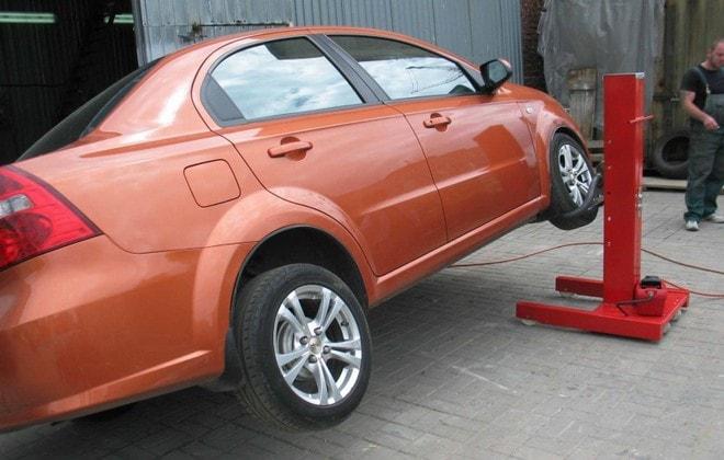 Автомобильный подъемник с одной стойкой