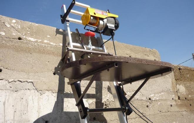 Самодельный грузовой подъемник из лестницы для стройки