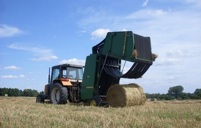 Пресс-подборщик с трактором