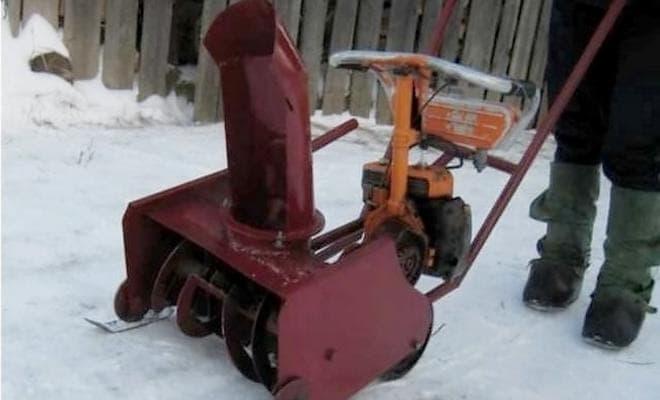Шнековый снегоуборщик
