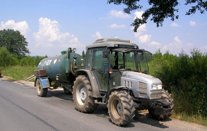 Трактор с цистерной