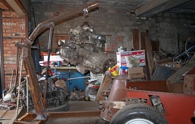 Кран для ремонта автомобиля