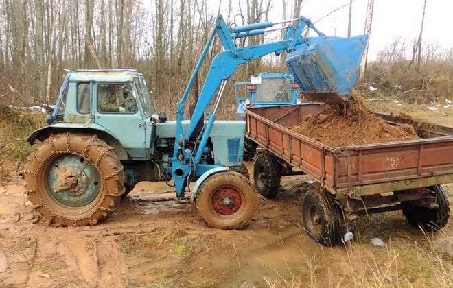 Трактор с КУНом за работой