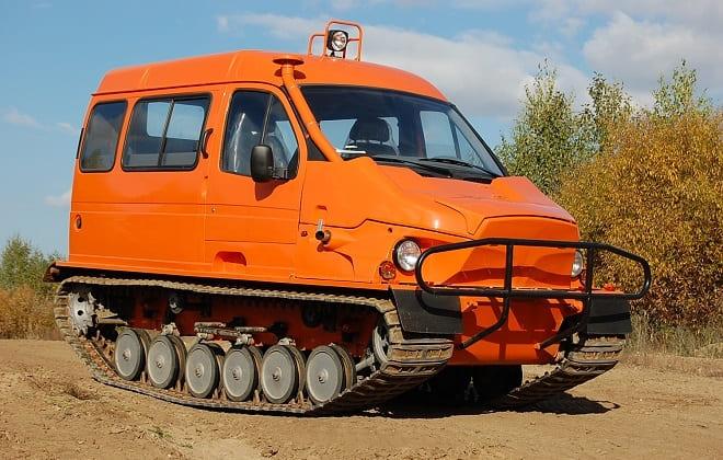 Оранжевый гусеничный вездеход Бобр
